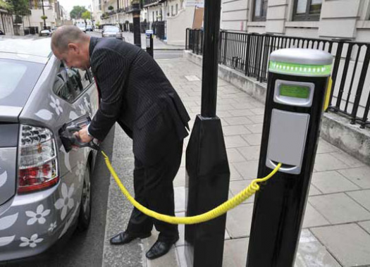 France-to-Create-Network-of-Electric-Car-Charging-Stations-525x379